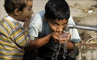 Дети пьют воду