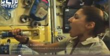 Астронавт пьет воду