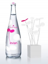 Бутылка Evian и цветок Courreges