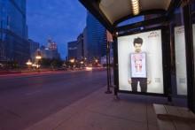 Дети воды Evian на улицах Чикаго