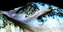 Как считают ученые, 100-метровые темные полосы на склонах кратера Hale оставлены проточной водой в недавнее время.