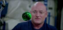 Астронавт Scott Kelly провел опыт с водой в невесомости