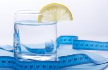 Стакан воды со свежевыжатым лимонным соком - прекрасная альтернатива простой питьевой воде