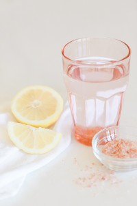 Рецепт щелочной воды:  столовая ложка гималайской соли, литр питьевой воды, органический лимон